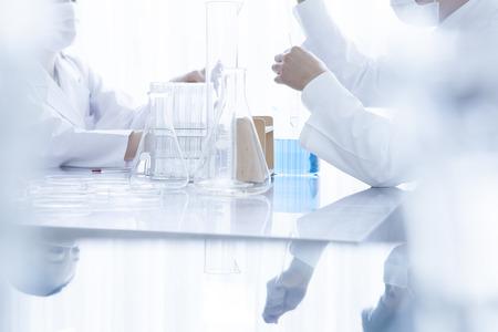 investigador cientifico: Laboratorio, química y concepto de la ciencia. Equipo científico que trabaja en un laboratorio.