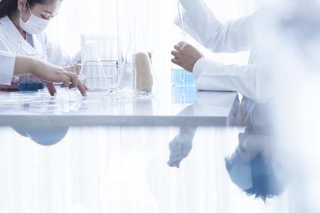 化学実験室での研究を行う 写真素材