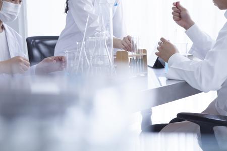 Drei Chemiker die eine Studie des neuen Arzneimittels in Laboratorium haben Standard-Bild