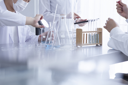 Les chimistes qui ont une étude du nouveau médicament dans le laboratoire Banque d'images