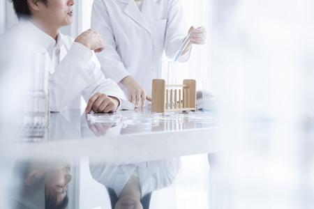 ストック フォト - 集中の生命科学の専門家のマスター ミックス ソリューションをマルチ チャンネル ピペットを使用して PCR 96 もマイクロ プレート