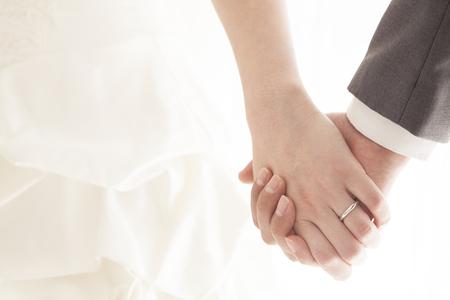 婚禮: 牽手新娘和新郎在婚禮