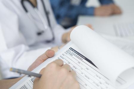 Verpleegkundige om de gegevens invullen