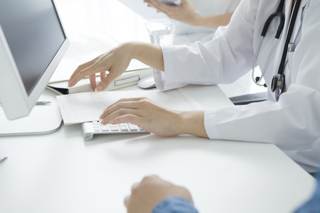 Doctors and nurses to listen to the symptoms of the patient