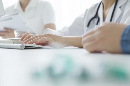 女性医師や看護師は、患者の症状に耳を傾ける
