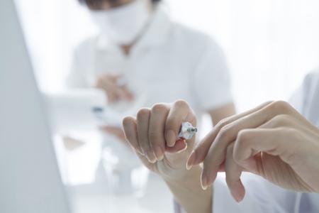 arts van de vrouw op te nemen in de hand van de actueel crème Stockfoto