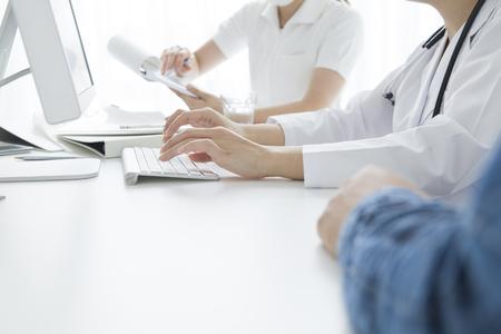 机の上に手を置くこと患者の後ろから