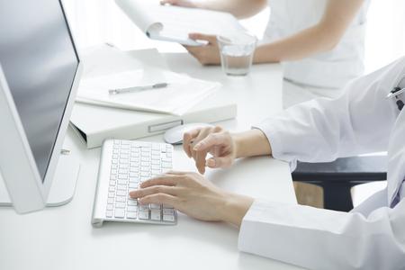 病院で働く医師がパーソナル コンピューターを使用します。