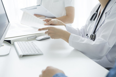 Giovane infermiera a parlare con un medico donna nella sala d'esame