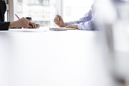 comunicación: Las mujeres de negocios están haciendo una entrevista en la oficina