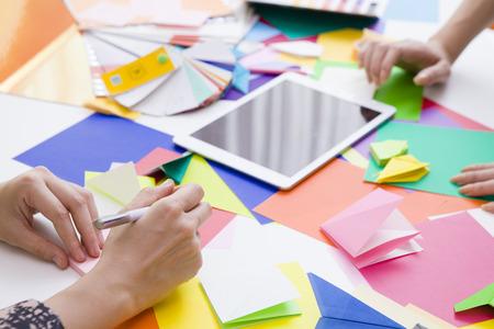 Ci sono molti origami colorati sulla scrivania