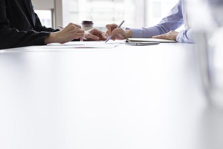 Deux hommes d'affaires, ou la femme d'affaires et le client, au bureau Banque d'images