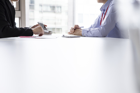 2 つのビジネスマンやビジネスウーマンと事務所で
