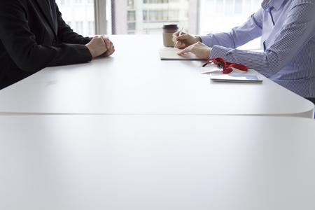 実業家は、ノートを取りながら顔をオフィスで面接を受ける