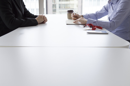 La empresaria tiene una entrevista en la oficina de la cara a cara mientras toma notas