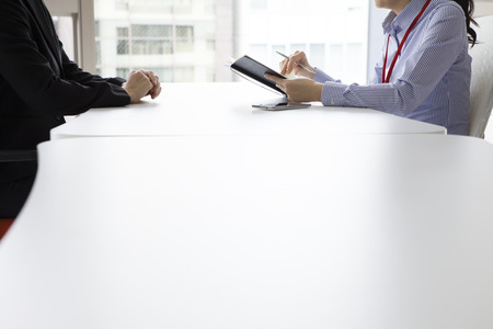 Empresaria haber oído la historia de la mujer en la cara para hacer frente a la oficina mientras toma notas Foto de archivo