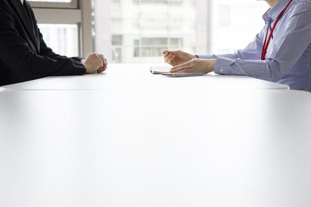 Geschäftsfrau haben die Geschichte der Frau im Büro Gesicht gehört zu stellen und gleichzeitig Notizen