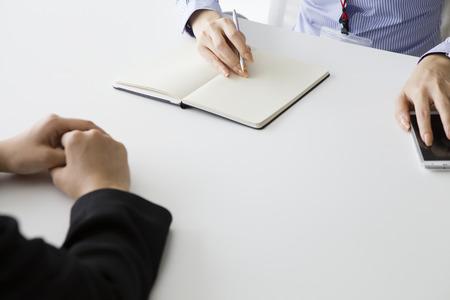 Empresaria haber escuchado la historia de la mujer en la empresa mientras toma notas