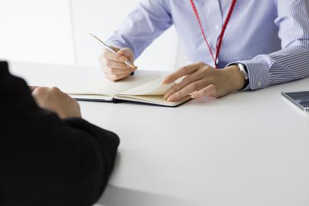 contrato de trabajo: Empresaria haber escuchado la historia de la mujer en la empresa mientras toma notas
