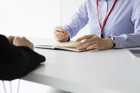 Businesswoman mener un entretien d'embauche assis à son bureau dans son bureau à la candidate potentielle Banque d'images