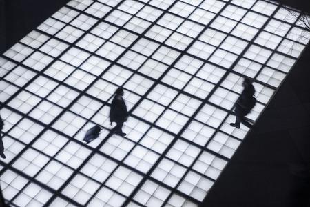 mucha gente: La gente de negocios que recorre viajero del viaje de la ciudad del movimiento Concepto