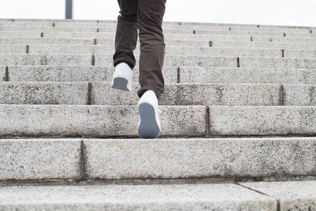 niño trepando: El niño que sube las escaleras
