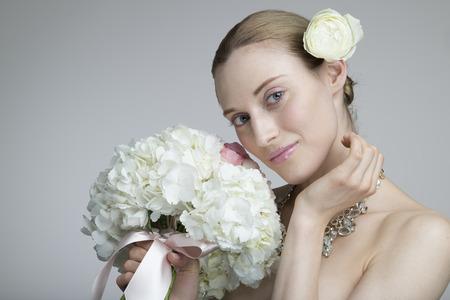 Modèle féminin posant avec un grand bouquet