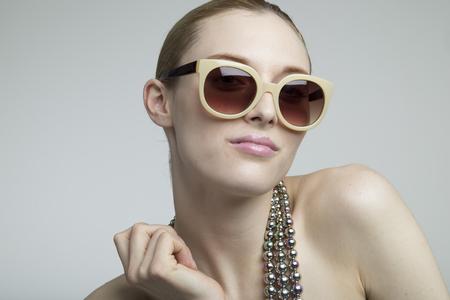 サングラスを身に着けているセクシーな女性モデル