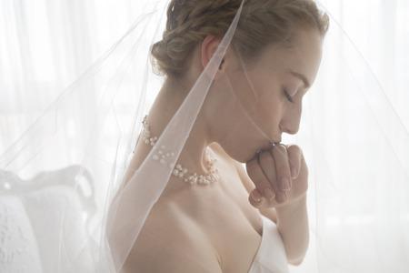 結婚式: 手に接続されている結婚指輪にキスの美しい花嫁