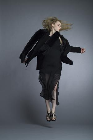 ジャンプする必要が女性のファッション モデル