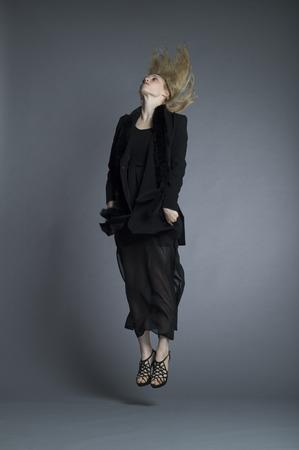 女性ファッションモデルの上に直接ジャンプすることです。 写真素材