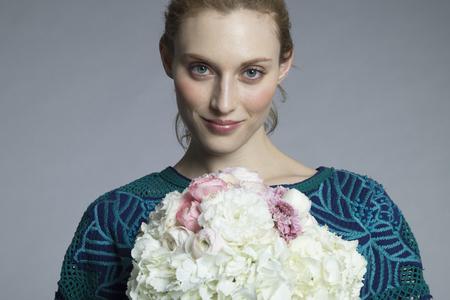아름다운 여자가 큰 꽃다발을 가지고있다. 스톡 콘텐츠
