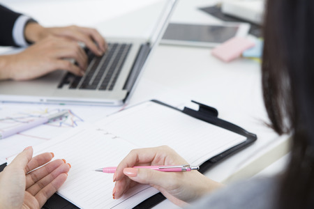 ビジネスマンが会議中にノート パソコンに入力します。 写真素材