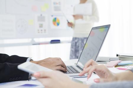 ビジネスの女性の書いたホワイト ボードに会議のため必要な事項