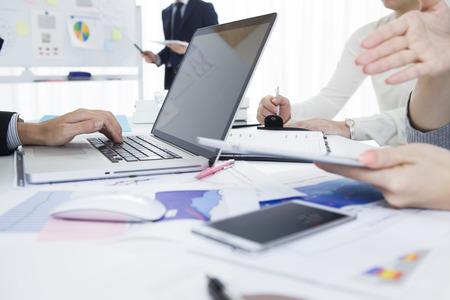 Los hombres de negocios que tienen una reunión de estrategia en la oficina