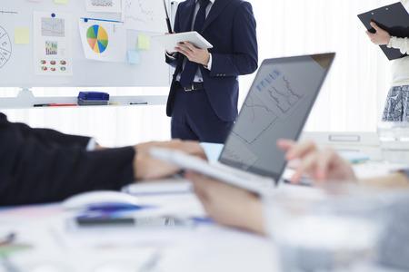 Jonge zakenman die in de strategie bijeenkomst in het kantoor