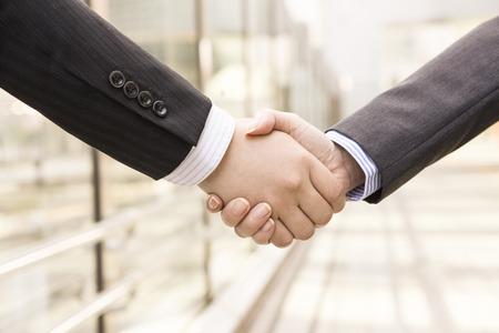 Trabajadores de la Oficina de estrechar la mano
