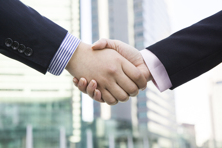 Office workers shaking hands Banque d'images