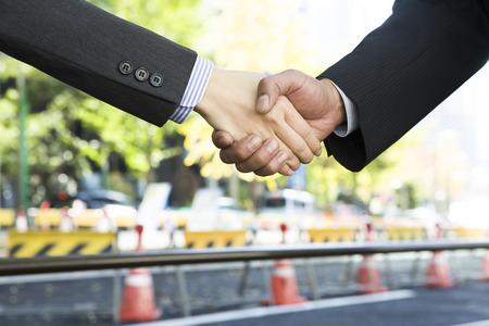 握手するビジネスマン 写真素材