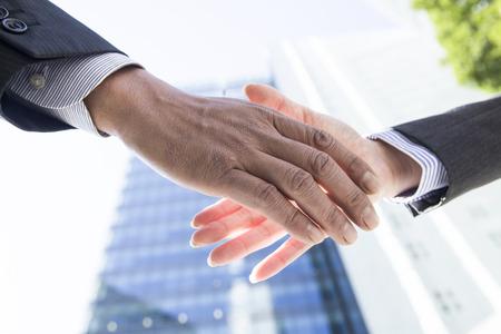 Employés de bureau en agitant les mains