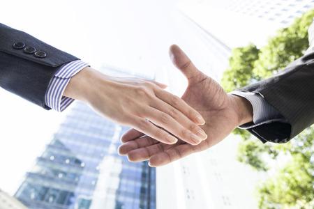 hand shake: El hombre de negocios dándose la mano