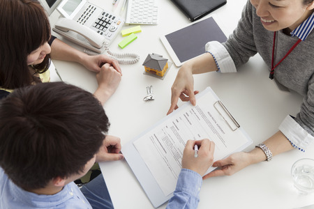 zakelijk: Man om een onroerend goed contract ondertekenen