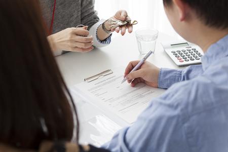 Młoda para poszukuje nieruchomości