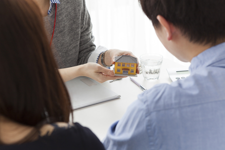 Real estate agent to present the property Stockfoto