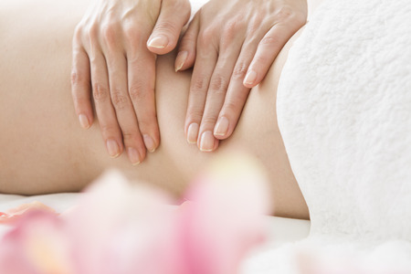 flank: Woman to massage to strengthen the flank