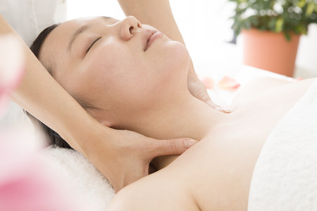 loosen up: The hand of a woman to massage the neck in Este