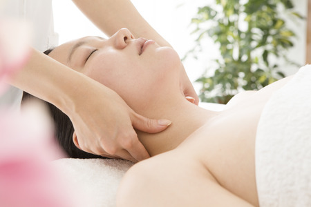 hold ups: Woman to be massaging the neck in Este