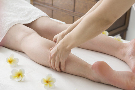 足裏マッサージをする女性