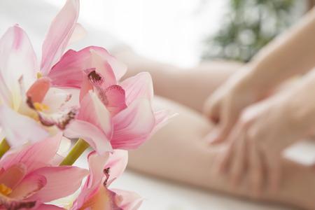Femme d'être un massage des pieds au magasin Banque d'images