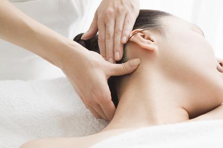 suppress: Esthetician to suppress the neck Stock Photo